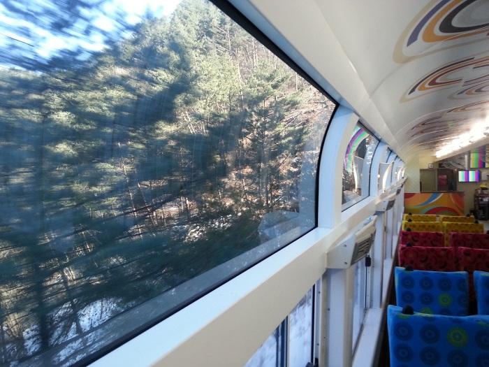정선아리랑 A-train은 경관을 즐길 수 있는 큰 창문이 특징이다.