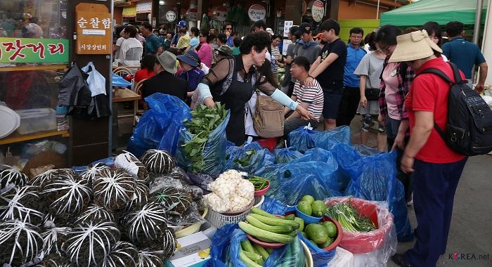 정선5일장이 취나물, 고사리 등 정선의 특산품을 구매하기 위해 몰려든 관광객들로 북적인다.